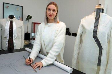 Jungdesignerin Sophie Schramek bei der Arbeit an ihrer neuen Kollektion aus Alpakawolle.