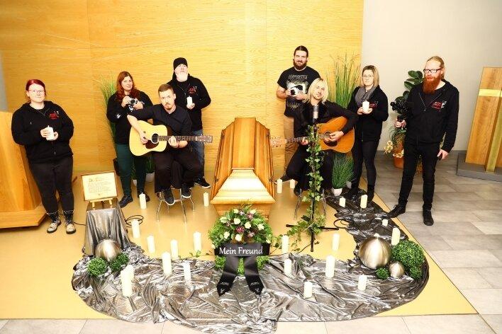 Am Set in der Trauerhalle waren mit dabei: Grit Hahn (Dekoration), Monique Stapff (Kamera), Tino Häubl (Gitarre), Sebastian Stehr (Kamera), Emilian Enew (Kamera), Manuel Freier (Gitarre/Gesang), Sarah Albert (Make-up) und Christian Brückner (Kamera/v.l.).