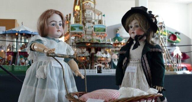 Zu sehen ist vor der Kulisse detailreicher Karussells auch eine Sammlung von Porzellankopfpuppen, die zwischen 1893 und 1930 in Thüringen entstanden.