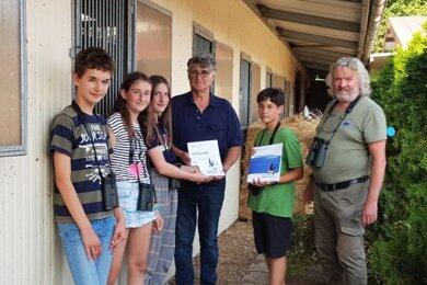 Umweltpädagoge Mario Greif (r.) und Andreas Lorenz, Chef des Reiterhofes mit der Gruppe der jungen Ornithologen.