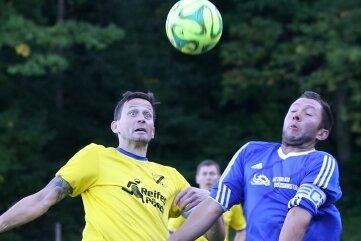 Den Ball immer Blick behielten die Kicker des SV Auerhammer (Jan Schmutzler, l.) beim 4:0 über Blau-Weiß Crottendorf (Benjamin Walde, r.). Mit dem Sieg grüßen die Blau-Gelben weiter von der Tabellenspitze.