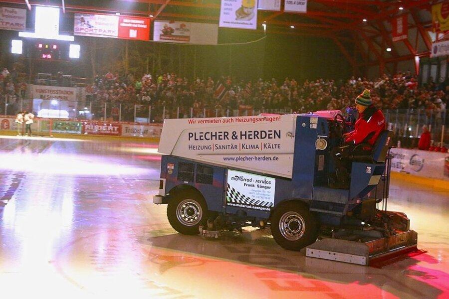 Vom Kunsteisstadion in Crimmitschau in die Werkstatt in Blumberg: Die Eismaschine muss für 11.000 Euro repariert werden.