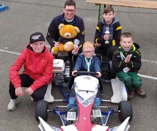 Düste am Sachsenring erfolgreich über die Piste: Das Team des AMC Annaberg mit Lenny Weidlich, Oliver Schenk, Bastian Dietrich, Toni Göhler und Jannik Schenk (von links).