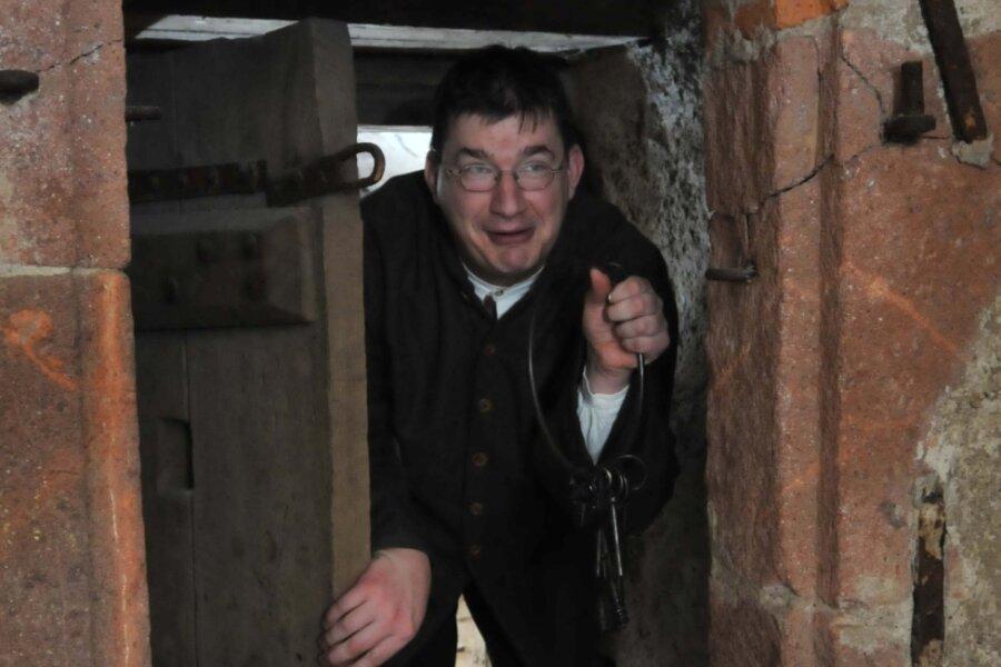 Kerkermeister führt durch Schlossgemäuer