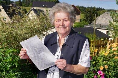 """Marga Fickel singt nicht nur das Leutersbach-Lied """"Mei Leiterschbach"""" sehr gern, sie besitzt auch noch eine Kopie des Textes."""