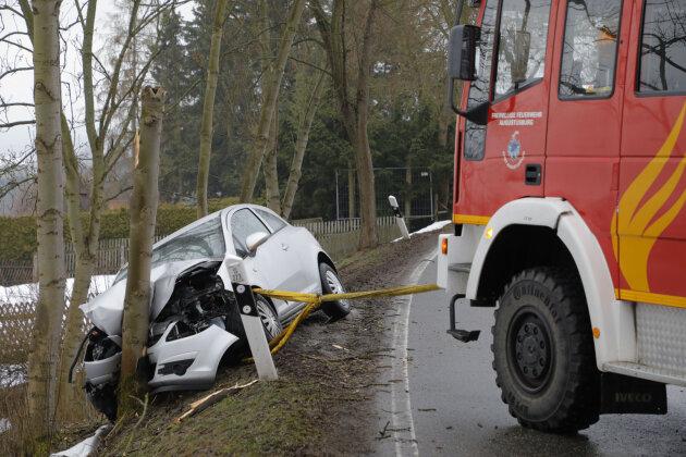 Mit Hilfe der Feuerwehr musste der verunglückte Opel geborgen werden.