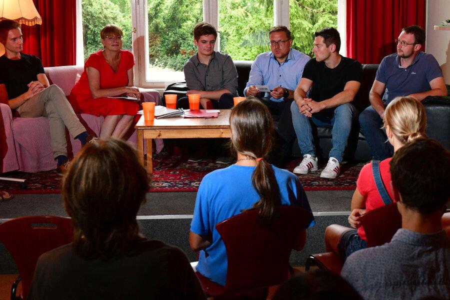Markus Scholz (Grüne), Jana Pinka (Linke), Alexander Geißler (SPD), Steve Ittershagen (CDU), Philipp Hartewig (FDP) und Rolf Weigand (AfD) stellen sich den Jugendlichen vor.