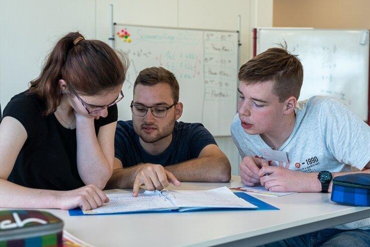 Unterricht auf Augenhöhe: Konstantin Lemcke, angehender Oberschullehrer für Physik und Gemeinschaftskunde (Mitte), hilft Kimberley Fehlkamm und Tim Schumann, Lernstoff aufzufrischen.