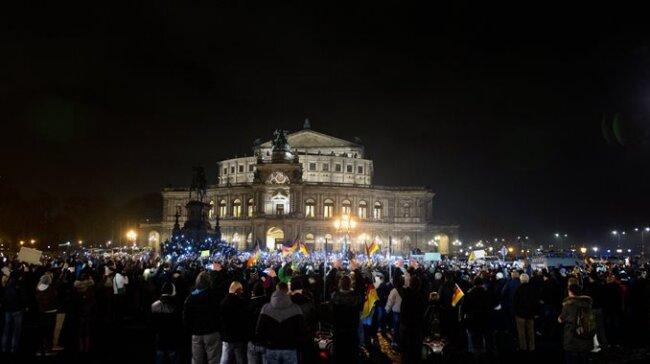 """Leuchtende Mobiltelefone statt Fackeln: """"Patriotische Europäer gegen die Islamisierung des Abendlandes"""" vor der Semperoper in Dresden."""