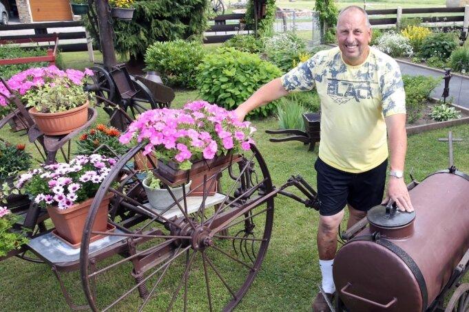 Der 59-jährige Gerd Langer hat ein altes Jauchefass wieder auf Vordermann gebracht. Seine erste Errungenschaft war ein Heuwender (r.) seines Vaters, worauf er vor 50 Jahren selbst mitgefahren ist.