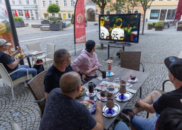 Fußball gucken und dazu ein kühlendes Eis genießen - das Angebot wird im Eiscafé am Annaberger Markt gern genutzt.