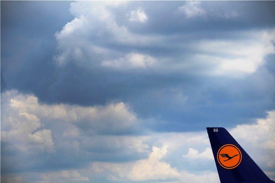 Nicht zuletzt, um große deutsche Unternehmen wie die Lufthansa (Bild) vor der coronabedingten Pleite oder Übernahme durch Drittstaaten zu schützen, beteiligt sich der Staat mit Milliarden.