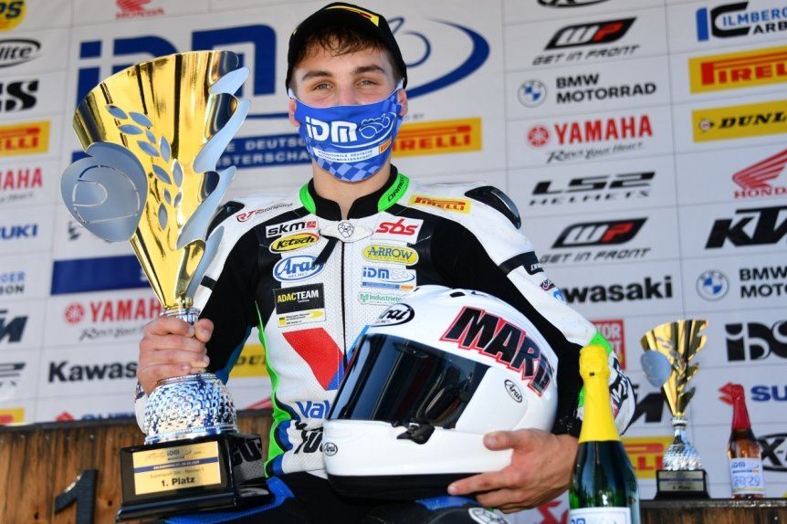 Marvin Siebdraht aus Wildenfels freute sich auf dem Sachsenring über seinen ersten Siegerpokal bei der IDM.