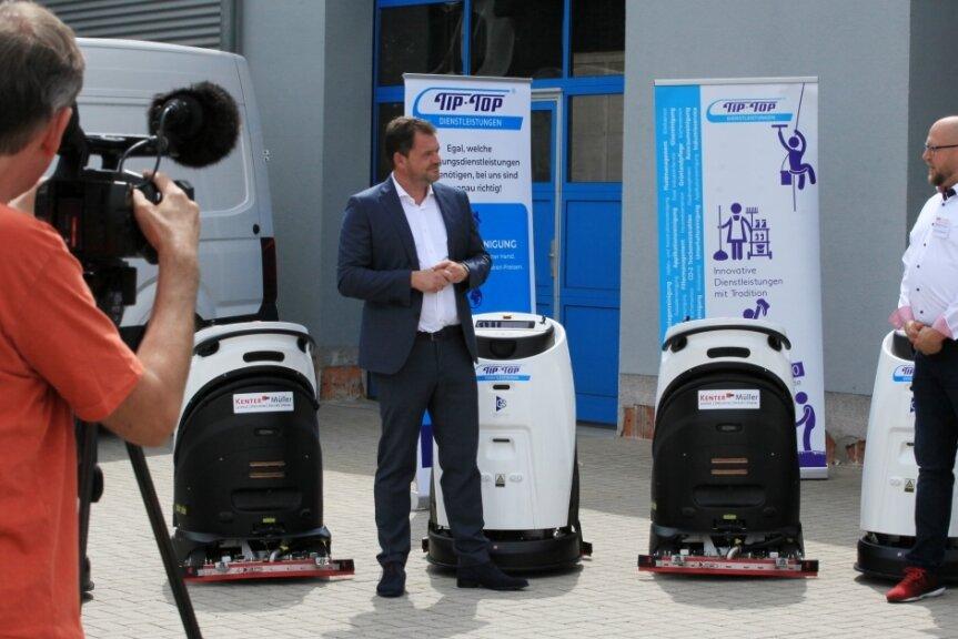Tip-Top-Geschäftsführer Niels Pfaff und Marko Hache (rechts), Geschäftsführer der Firma Kenter-Müller, stellen die neuen Geräte am Mittwoch vor Journalisten vor.
