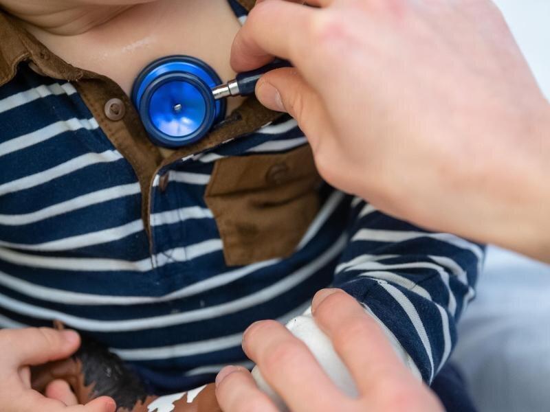 Ein Arzt untersucht ein Kind mit einemStethoskop. Auffallend viele Kinder machen seit einigen Wochen Atemwegsinfekte durch, die eigentlich erst in den Wintermonaten zu erwarten sind. Betroffen seien vor allem unter Sechsjährige.