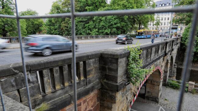 Seit einigen Wochen dürfen Fahrzeuge nur noch mit geringerer Geschwindigkeit die Brücke der Kaßbergauffahrt passieren. Ihr Zustand wird als zunehmend problematisch eingeschätzt. Bis Herbst soll sich entscheiden, wie es mit dem gut hundert Jahre alten Bauwerk weitergeht.