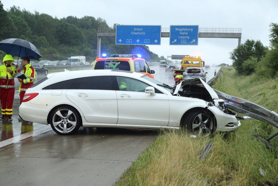 Unfall auf der A 4 am Dreieck Nossen: Ein Mercedes prallt gegen einen Ford.