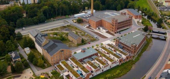 Die Gebäude von links: Hinten das Gartenhaus, drei Altbauten, Oederaner Bau, Neubau, Ballenlager. Vorne Shedhalle mit Verwaltungsgebäude und Wasserbau.