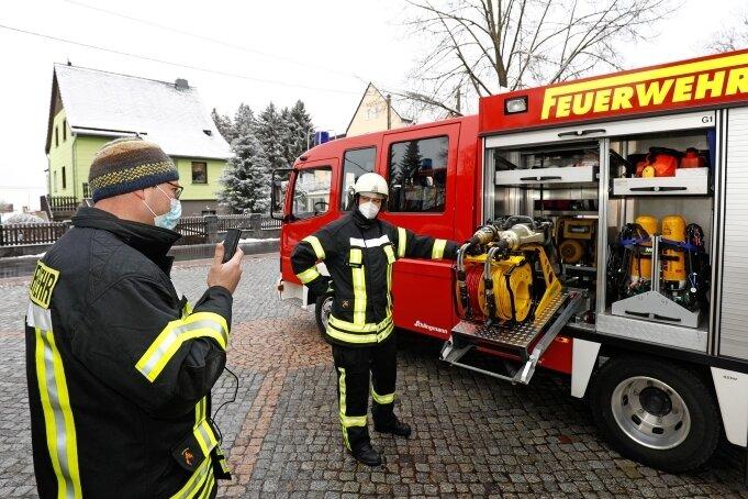 Jugendwart Sven Bergmann filmt mit dem Handy, während Ausbilder Felix Schraps die Rettungstechnik erklärt.