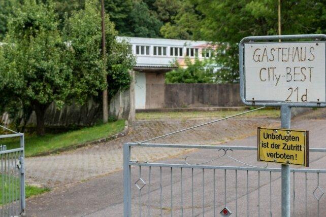Blick auf die Einfahrt zum ehemaligen Kinderheim in Zschöppichen.