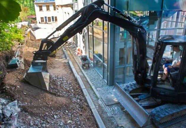 Der Bau der neuen Stützmauer am Augustusburger Stadthaus dauert voraussichtlich noch bis Ende Juli. Die Betonelemente sollen nicht grau bleiben.