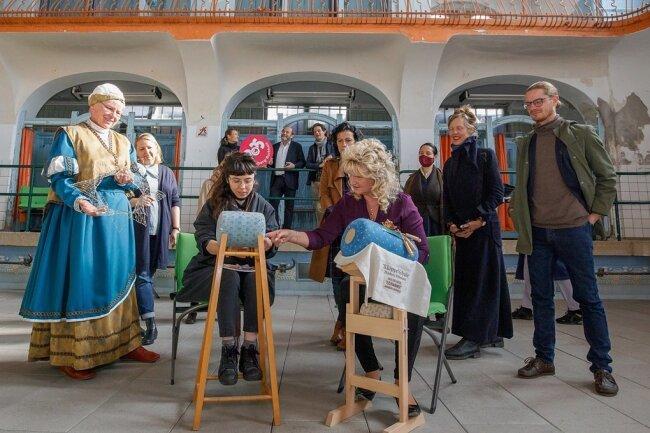 Beim Besuch der Künstlerdelegation Anfang des Monats haben die Klöppelfäden schon Istanbul mit dem Erzgebirge verbunden. Gökçen Dilek Acay (links) versuchte sich neben Manuela Fischer an der Kunst.