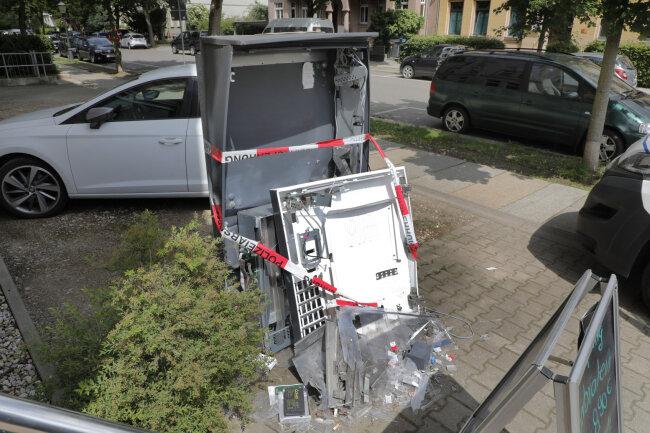 Ein 33-Jähriger hat gestanden, diesen Zigarettenautomaten an der Further Straße aufgesprengt zu haben.