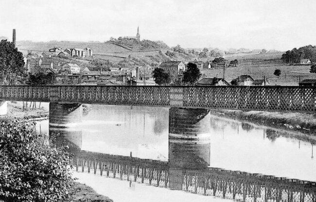 Diese Gitterbrücke führte ab 1855 vom westlichen zum östlichen Muldeufer. Dort wurden am Bockwaer Sammelbahnhof die leeren gegen die vollen Lowrys der Bockwaer Kohlenbahn getauscht.