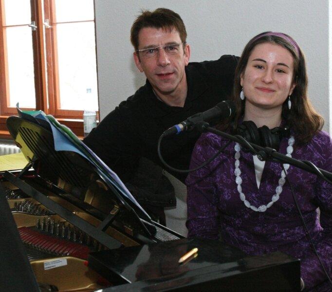 """<p class=""""artikelinhalt"""">Mit ihrer markanten Stimme verzauberte Julia Fregin (r.) auch Hendrik Meyer, der mit der Gewinnerin des EKH-Kunstpreises deren Lieder aufnahm. Ob daraus eine CD wird, ist noch unklar.</p>"""