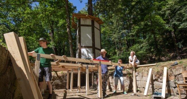 Mitglieder des Theatervereins bauten am Samstag ein Podest in den Bühnengraben.