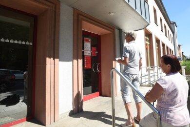 An der Eingangstür der Sparkassenfiliale an der Hainstraße in Oberfrohna klärt ein Aushang die Kunden auf: Die Automaten sind zugänglich, doch die Schalter wegen der Coronapandemie geschlossen. Nicht einmal die Sparkasse selbst weiß, wann sich das ändert.