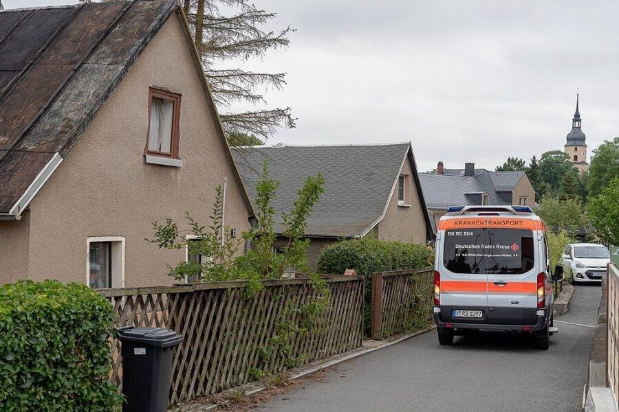 Über die Berggasse fuhr der Krankentransport ans Grundstück der beiden Schwestern heran. Die Jüngere ließ sich am Dienstag ins Heim der Arbeiterwohlfahrt in Auerbach bringen, die ältere harrte zunächst ohne jede Betreuung im Elternhaus aus.