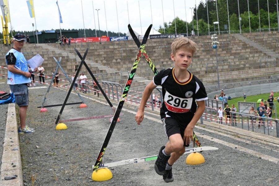 Jakob Götzel vom VSC Klingenthal hat in der Altersklasse 09/10 der Jungen den Sieg geholt.