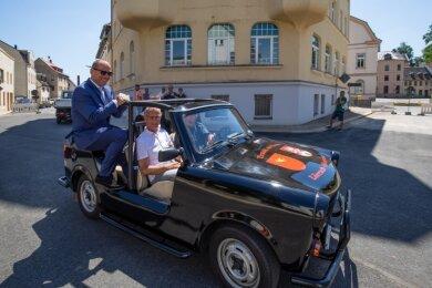 Ohne Helm, Gurt und Sitz wurde Bürgermeister Lothar Ungerer (links) am Freitag über den noch gesperrten Altmarkt kutschiert.