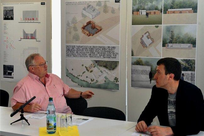 Bürgermeister Thomas Firmenich (l.) und der städtische Historiker Mykola Borovyk betrachten den Siegerentwurf zur Umgestaltung der ehemaligen Kommandatenvilla. Nach dem Stadtratsbeschluss vom Mittwoch ist dieser Entwurf nun aber vom Tisch. Foto: Falk Bernhardt