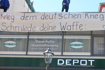 Blauhemden haben am Donnerstag das Dach jenes Gebäudes bestiegen, in dem sich das Karrierebüro der Bundeswehr befindet.