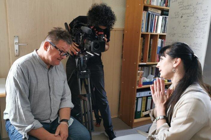 """Die Vorsitzende des Integrationsclubs """"Impuls"""", Inga Sabelfeld, wird von Regisseur Volker Insel interviewt. Alexandra Czok filmt."""