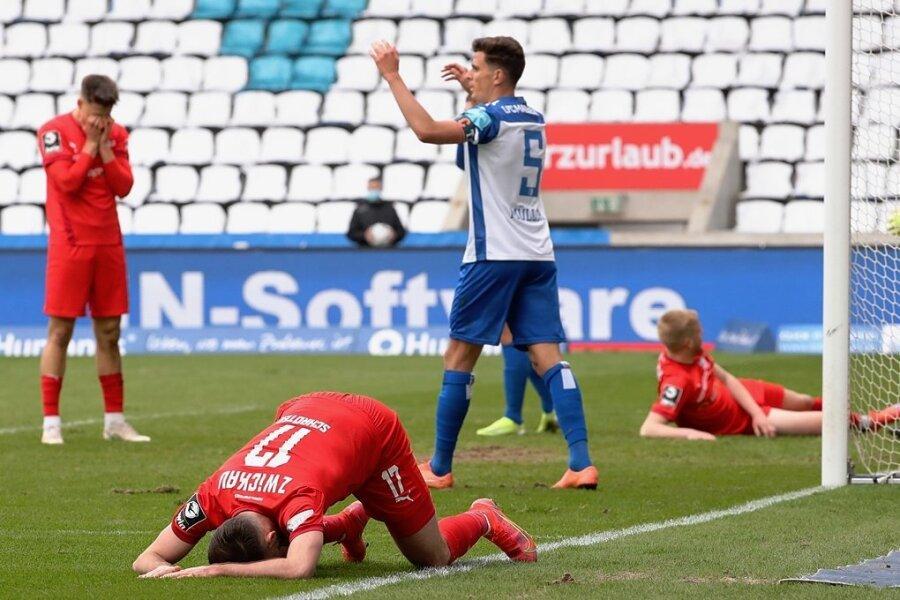 Riesenchance versiebt: Morris Schröter (vorn) ärgert sich, nachdem Lars Lokotsch (rechts) an seinem Flankenball in der 82. Minute vorbeigeschlittert war. Auch Jozo Stanic ist traurig.