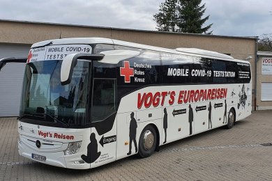 Ein Reisebus des Hilbersdorfer Busunternehmens Vogt's Reisen wurde in Kooperation mit dem DRK Freiberg zur mobilen Teststation umgestaltet.