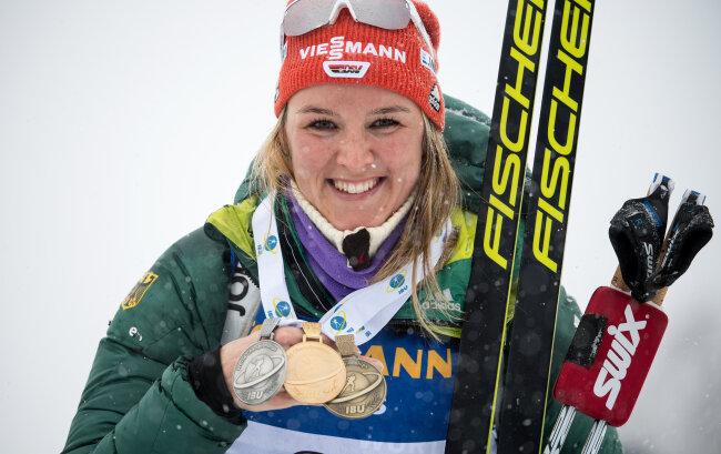 Denise Herrmann freut sich über drei Medaillen, die sie 2019 bei der WM in Östersund gewann.
