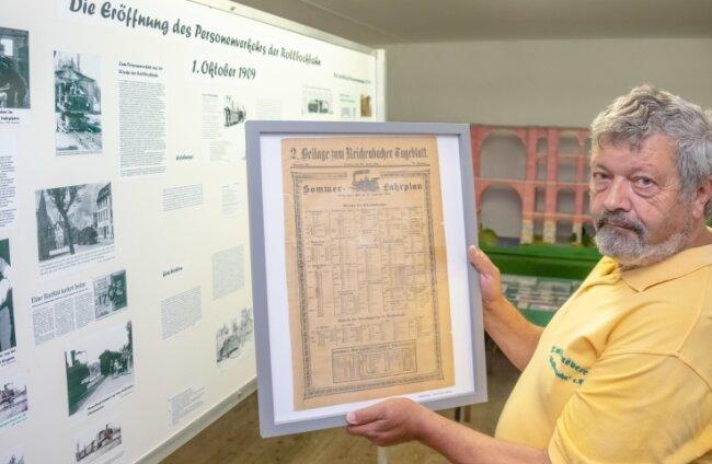 Ein Schatz der Ausstellung im Lok-Schuppen ist ein Originalfahrplan der Rollbockbahn von 1905 - Karl-Heinz Meyer vom Rollbock-Verein hütet das wertvolle Stück wie seinen Augapfel und nimmt es nach der Ausstellung immer wieder mit nach Hause.
