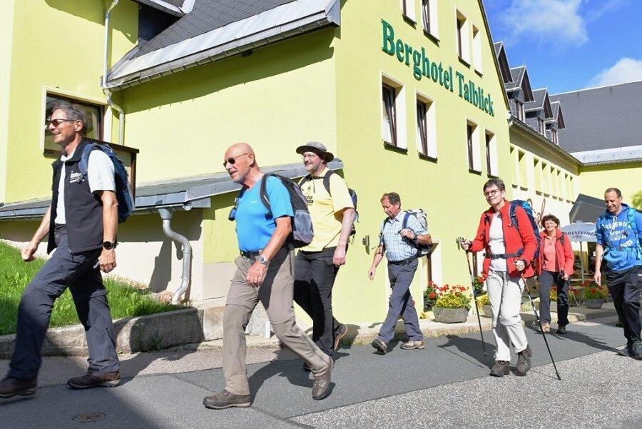 Auf geht's! Eine über ein Reiseunternehmen organisierte Wandergruppe aus ganz Deutschland ist zur Zeit im Hotel Talblick zu Gast. Von hier aus unternimmt die Gruppe Touren in die Umgebung.