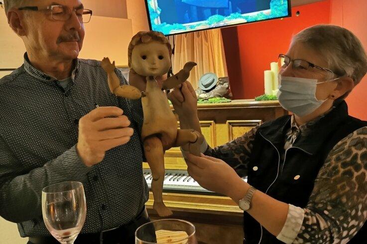"""Die Zwickauer Ulrike und Rüdiger Bruntsch konnten beim ersten """"Magischen Samstag"""" auch mit der Puppe """"Junge"""" spielen, die sie zuvor im Puppenspiel """"Was macht man mit einem Problem"""" erlebt haben."""