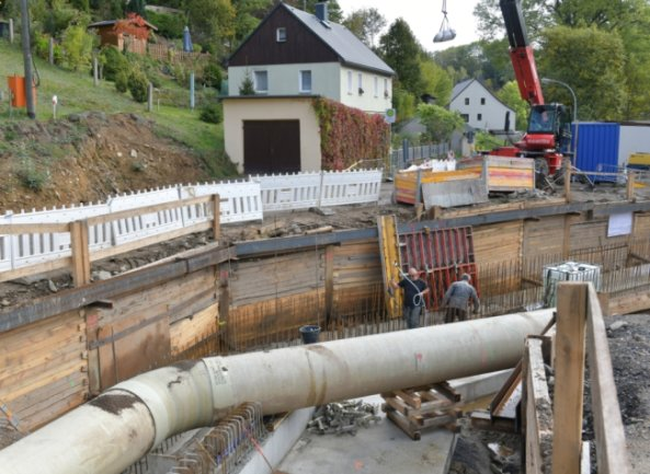 In Mulda wird über den Zethaubach eine neue Brücke gebaut. Zurzeit schalen Mitarbeiter von Hartmannbau aus Neuclausnitz das neue Bauwerk ein. Die Arbeiten ziehen sich bis ins nächste Jahr.