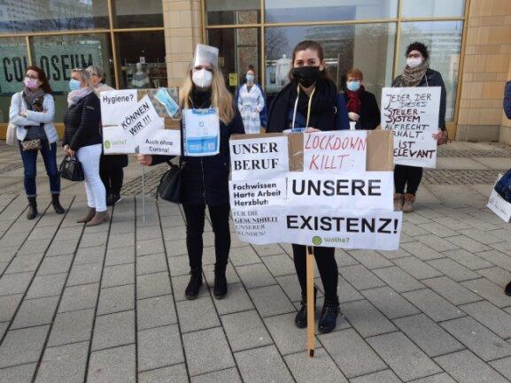 """Anita Frei (links) und Galina Grauer arbeiten in Chemnitz als Kosmetikerinnen. Sie protestierten am Vormittag gegen ihr derzeitiges Arbeitsverbot, aber auch die Ungleichbehandlung ihrer Branche, etwa gegenüber Friseuren. """"Wir sind mehr als Schminktussies und Nageltanten"""", sagt Anita Frei. Die Arbeit der Kosmetikerinnen sei auch medizinisch relevant."""