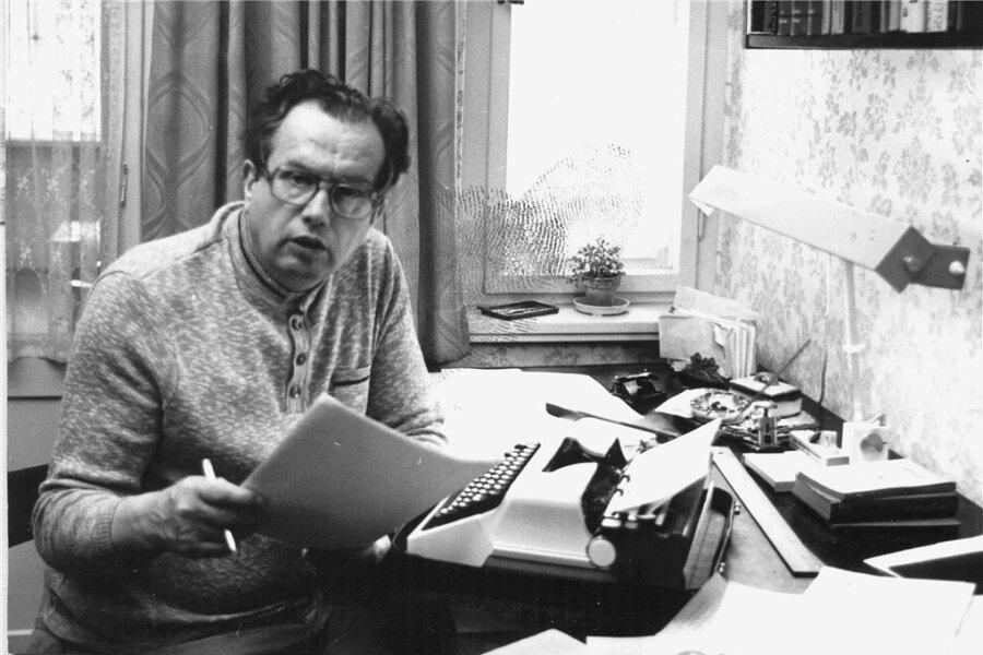 Günter Spranger 1983 als freischaffender Schriftsteller in seinem Arbeitszimmer in Karl-Marx-Stadt.
