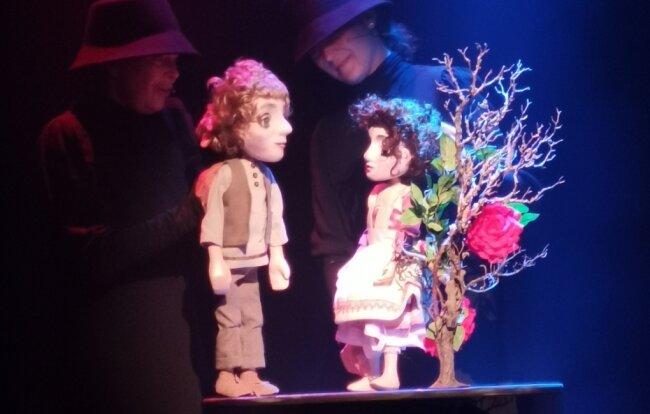 Laura Waltz mit der Dornröschen-Puppe und Sabine Weitzel mit Matteo zur Premiere im Puppentheater.