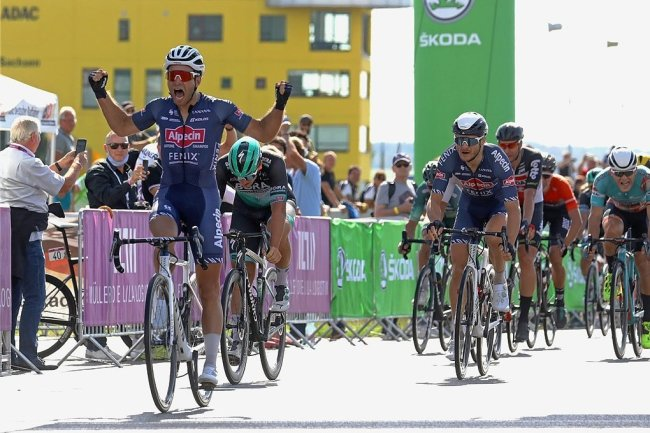 Marcel Meisen, bereits fünffacher Meister im Gelände, setzt sich Zielsprint vor Pascal Ackermann und Alexander Krieger (von links).