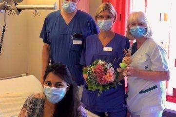 Oberarzt Mario Höfs, Fachärztin Jeannette Hübner und die stellvertretende Stationsleitung der Geburtenstation Christel Gehrmann gratulierten der glücklichen Mama Derya Capik.