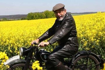 Claus Uhlmann gehört zu den Organisatoren des RT-Treffens in Dorfchemnitz. Hier sitzt er auf einer RT 125 des Baujahrs 1940. Das Motorrad war eines der ersten, das in Zschopau vom Band lief.